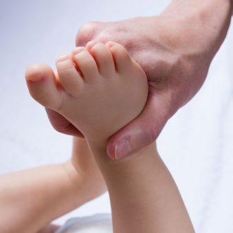 Le massage bébé pratiqué par un ostéopathe pour améliorer la santé